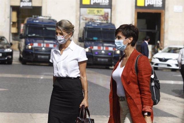 La ministra de Treball i Economia Social, Yolanda Díaz (e), i la ministra portaveu del Govern central, Isabel Rodríguez, arriben a la segona reunió de la taula de diàleg entre el Govern espanyol i el Govern català