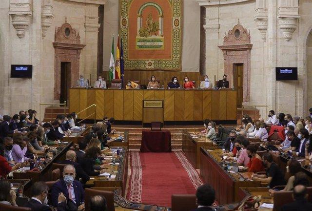 El Pleno del Parlamento andaluz recupera la presencialidad total de sus diputados por primera vez en la pandemia de Covid-19.