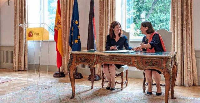 La secretaria general de Investigación y presidenta de la Agencia Estatal de Investigación, Raquel Yotti, y la presidenta de la Fundación Alemana para la Investigación, Katja Becker, en la firma del Memorando de Entendimiento