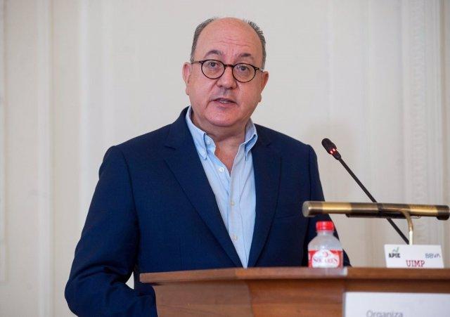 Archivo - Jose María Roldán, presidente de la Asociación Española de Banca (AEB), durante su intervención en el curso de economía organizado por la APIE en la UIMP de Santander.