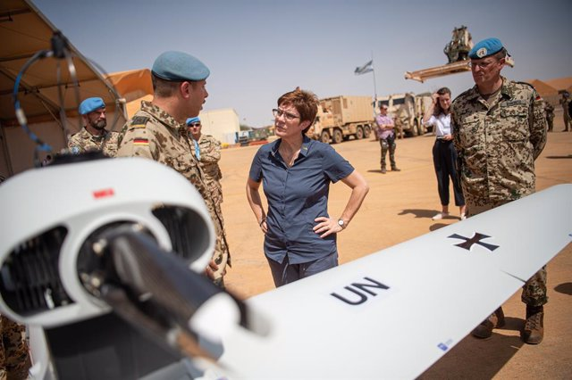 Archivo - 08 October 2019, Mali, Gao: A German soldier (L) briefs German Defence Minister Annegret Kramp-Karrenbauer (C) on the Luna type drone. Photo: Arne Immanuel Bänsch/dpa