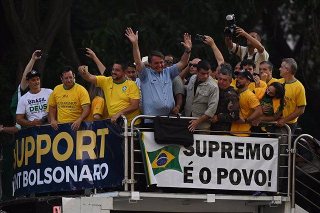 07 September 2021, Brazil, Sao Paulo: Jair Bolsonaro (C), president of Brazil, greets his supporters after a speech on Independence Day. Tens of thousands of people demonstrated in Brazil on Independence Day, brandishing anti-democratic slogans in a show