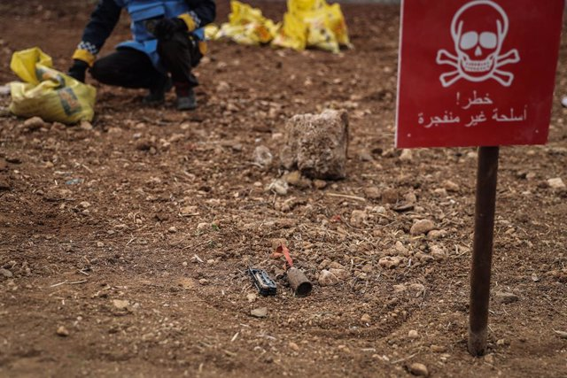 Archivo - 13 January 2021, Syria, Idlib City: A picture made available on 25 January 2021 shows a marked unexploded part of a cluster bomb, as members of an unexploded ordnance removal team of the Syria Civil Defence, commonly referred to as White Helmets