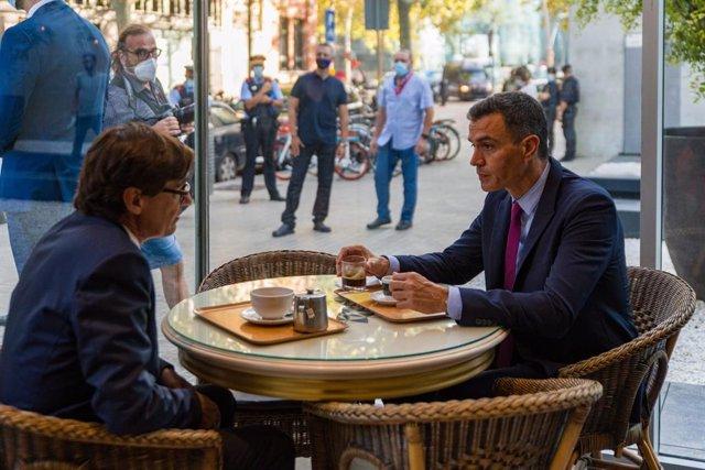 El president del Govern central, Pedro Sánchez, i el líder del PSC al Parlament, Salvador Illa, en un bar al costat de la seu del PSC a Barcelona