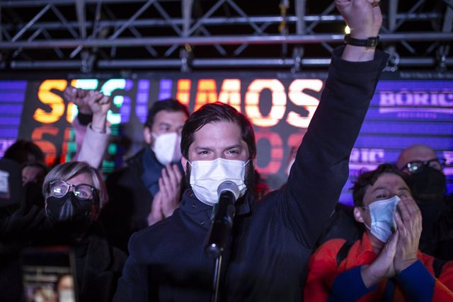 Archivo - 18 July 2021, Chile, Santiago: Presidential candidate Gabriel Boric (C)speaks to his supporters after receiving the news of his victory with more than 60\% of the votes and is elected as the presidential candidate for the left-wing electoral co