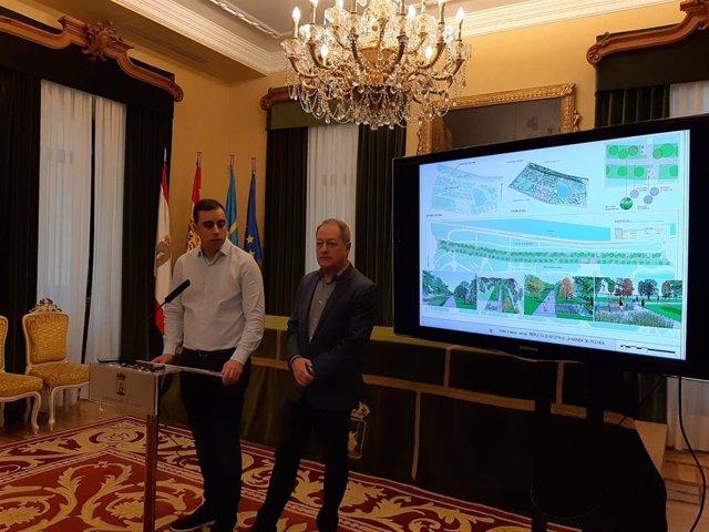 Archivo - Los concejales de Mantenimiento y de Medio Ambiente de Gijón, Olmo Ron y Aurelio Martín, respectivamente, durante la presentación de la ampliación del parque Isabel la Católica (Archivo)