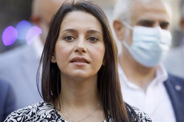 La líder de Ciudadanos, Inés Arrimadas, hace declaraciones a los medios tras reunirse con el sector del ocio nocturno en Barcelona