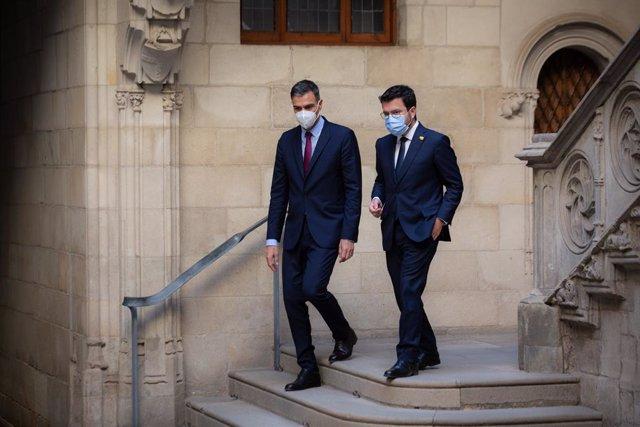 El president del Govern, Pedro Sánchez, i el de la Generalitat, Pere Aragonès, a la seva sortida de la reunió en el Palau de la Generalitat i abans que se celebri la segona reunió de la taula del diàleg entre el Govern central i el català