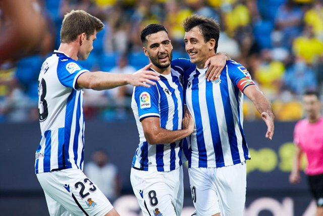 Mikel Oyarzabal of Real Sociedad celebrates a goal with teammates during the spanish league, La Liga Santander, football match played between Cadiz CF and Real Sociedad at Nuevo Mirandilla stadium on September 12, 2021, in Cadiz, Spain.