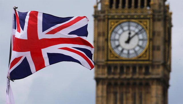 Archivo - FILED - 24 June 2016, United Kingdom, London: The British Union Jack, flies in front of the Big Ben, the clock face of the Elizabeth Tower. The refurbishment of London's Big Ben tower and clock will be finished next year, the British parliament