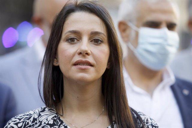 La líder de Ciudadanos,  Inés Arrimadas, fa declaracions als mitjans després de reunir-se amb el sector de l'oci nocturn a Barcelona