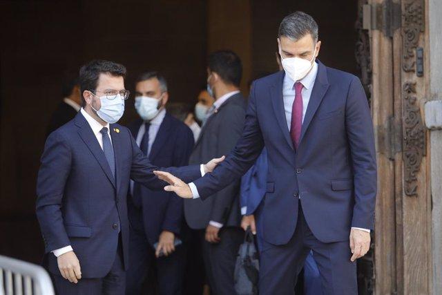 El president de la Generalitat, Pere Aragonès (i) i el president del Govern, Pedro Sánchez (d), s'acomiaden després de la seva reunió a Barcelona