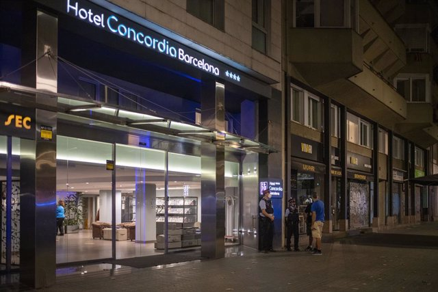 Diversos agents dels Mossos dEsquadra, en l'entrada de l'Hotel Concòrdia, a 25 d'agost de 2021, a Barcelona, Catalunya (Espanya). La passada nit, agents de la Guàrdia Urbana de Barcelona, van trobar a un bebè de dos anys en estat inconscient en el