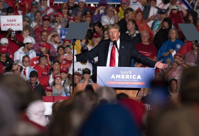 21 August 2021, US, Cullman: Former US President Donald Trump speaks to supporters in a field soaked by rain and mud during a rally in northern Alabama. Photo: Robin Rayne/ZUMA Press Wire/dpa
