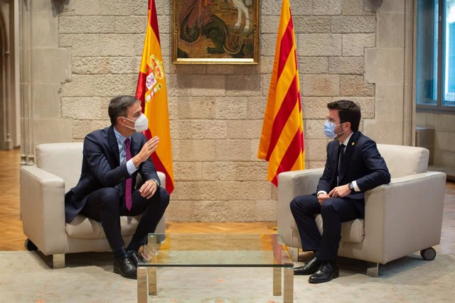 El president del Govern, Pedro Sánchez (i), i el de la Generalitat, Pere Aragonès (d), es reuneixen en el Palau de la Generalitat