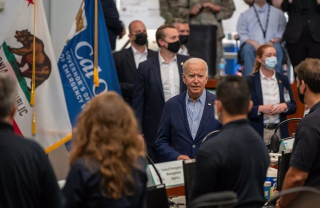 13 September 2021, US, Sacramento: US President Joe Biden (C) receives a briefing from local, state, and federal emergency response personnel on the impacts of recent wildfires at the California Governor's Office of Emergency Services (Cal OES) at Sacrame