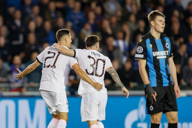 15 September 2021, Belgium, Bruges: PSG's Ander Herrera (L) celebrates scoring his side's first goal with teammate Lionel Messi during the UEFA Champions League group A soccer match between Club Brugge KV and Paris Saint-Germain at Jan Breydel Stadium. Ph