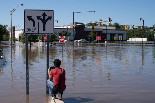 02 September 2021, US, Lodi: An intersection is flooded by water following torrential rains from the remannts of Hurricane Ida in Lodi. Photo: Michael Candelori/ZUMA Press Wire/dpa