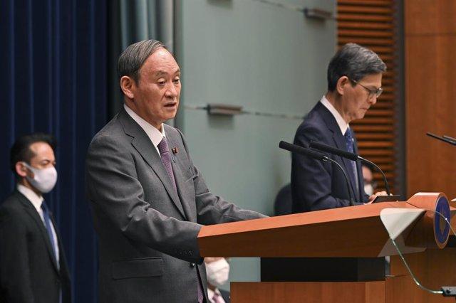 El primer ministro de Japón, Yoshihide Suga (i), durante una rueda de prensa