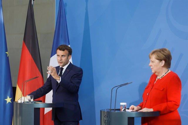 Archivo - El presidente de Francia, Emmanuel Macron, y la canciller de Alemania, Angela Merkel, durante una rueda de prensa
