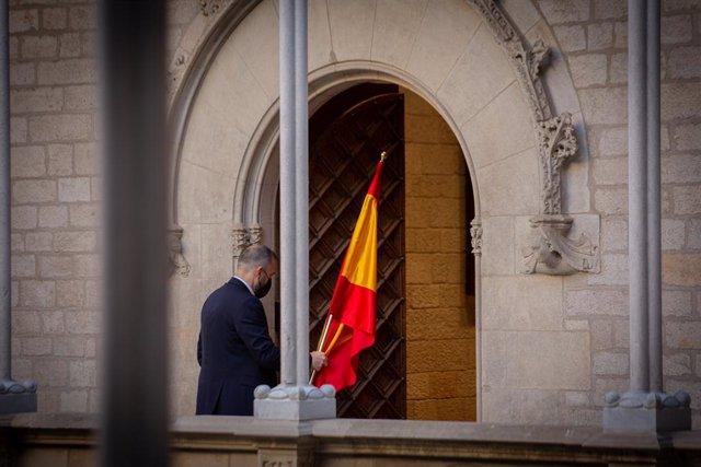 Arxiu - Un home retira la bandera d'Espanya al Palau de la Generalitat