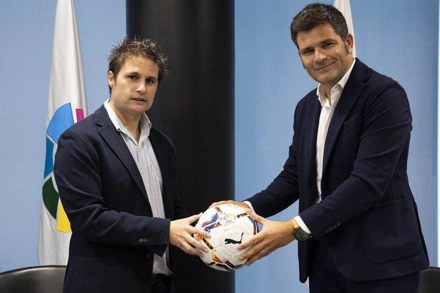 Archivo - Oscar Mayo (izda) y  Juan Marí Guillot tras firmar el acuerdo entre LaLiga  y'VRM'