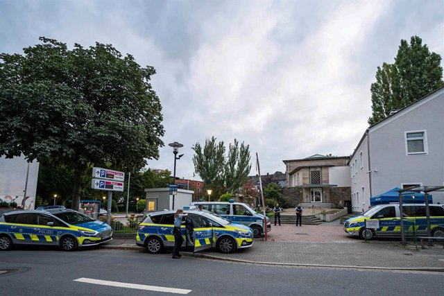 16 September 2021, North Rhine-Westphalia, Hagen: Police vehicles stand in front of the synagogue in Hagen after a special police operation during the night to investigate indications of a possibly dangerous situation at a Jewish institution. Photo: Marku