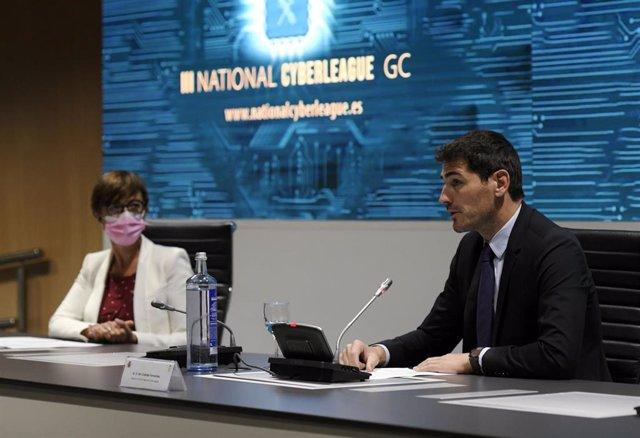 La directora general de la Guardia Civil, María Gámez, y el padrino de la competición de la III Liga Nacional de retos en el Ciberespacio, Iker Casillas