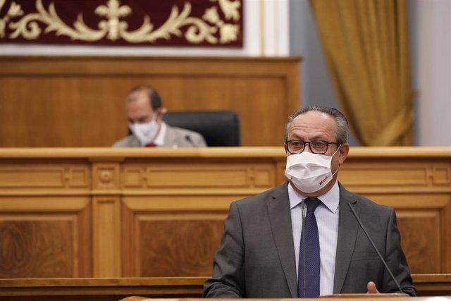 El consejero de Hacienda y Administraciones Públicas, Juan Alfonso Ruiz Molina, en el pleno de las Cortes