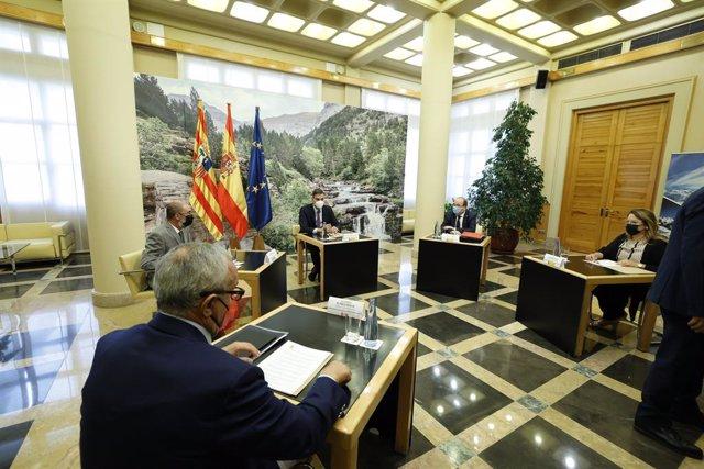 (I-D) El presidente de Aragón, Javier Lambán; el presidente del Gobierno, Pedro Sánchez; y el ministro de Cultura y Deporte, Miquel Iceta, durante una reunión en el Edificio Pignatelli, a 16 de septiembre de 2021, en Zaragoza, Aragón (España). El jefe del