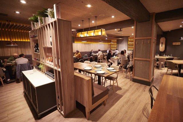 Archivo - Interior del restaurante El Burladero, en Pamplona, Navarra (España), a 17 de diciembre de 2020. Navarra reabre hoy el interior de los locales de hostelería con aforo al 30% tras casi dos meses de cierre por las restricciones frente al Covid-19.