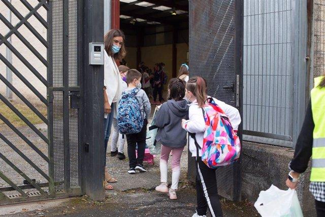 Varios niños y niñas entran al CEIP Manuel Mallo de Nadela, durante el primer día del curso escolar 2021-2022 en Educación Infantil y Primaria, a 9 de septiembre de 2021, en Nadela, Lugo, Galicia (España).