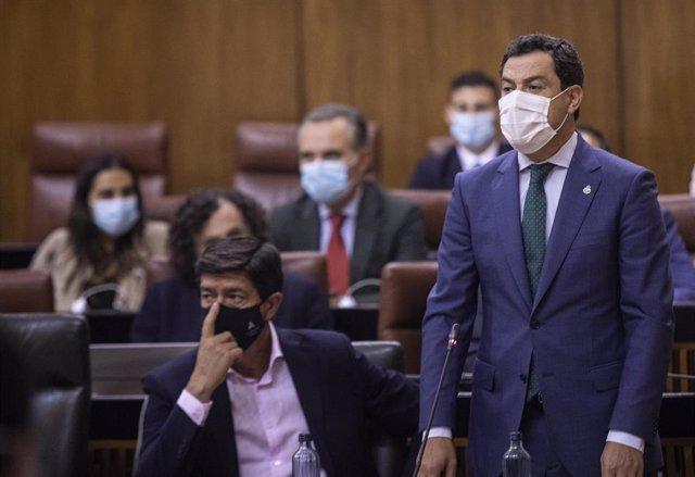 El presidente de la Junta, Juanma Moreno (d), junto al vicepresidente de la Junta, Juan Marín (i), durante su intervención en la sesión de control al Gobierno en la segunda jornada del Pleno del Parlamento de Andalucía. A 16 de septiembre de 2021, en Sevi
