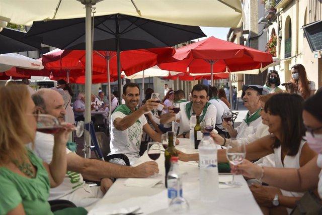 Archivo - Ambiente en las terrazas del centro de la ciudad, el día que  hubieran comenzado las fiestas de San Lorenzo, a 9 de agosto de 2021, en Huesca, Aragón (España). Huesca no celebrará sus fiestas patronales, tras ser suspendidas por segundo año cons