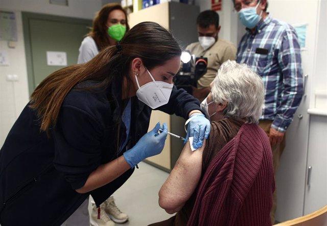 Archivo - Una sanitaria inyecta la primera dosis de la vacuna de Pfizer contra el coronavirus a una anciana en el Centro de salud Rejas, a 6 de abril de 2021, en Madrid (España). Esta semana los centros de salud de Madrid empiezan a vacunar a las personas