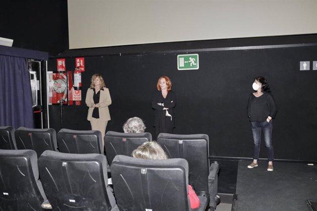Archivo - La actriz Emma Suárez (i) y la cineasta Gracia Querejeta dentro de una sala de cine de los Cines Renoir Plaza de España el día de su reapertura