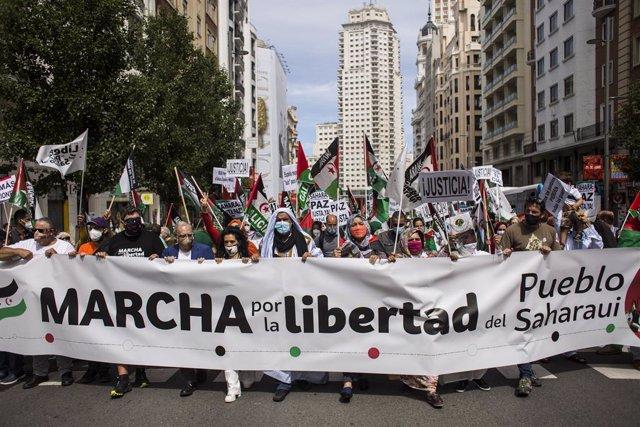 Archivo - Varias personas con una pancarta de la marcha por la libertad, durante una manifestación por la libertad del Pueblo Saharaui, en la Gran Vía, a 19 de junio de 2021, en Madrid (España). La protesta comenzará en la Plaza de España y llegará hasta