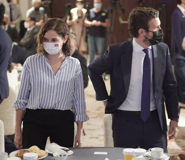 La presidenta de la Comunidad de Madrid, Isabel Díaz Ayuso, y el presidente del Partido Popular, Pablo Casado, durante un desayuno informativo del Fórum Europa, organizado por Nueva Economía Fórum, en el Hotel Four Seasons, a 7 de septiembre de 2021, en M