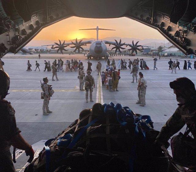Archivo - Un avión A400M de Defensa realizando la evacuación de afganos en Kabul