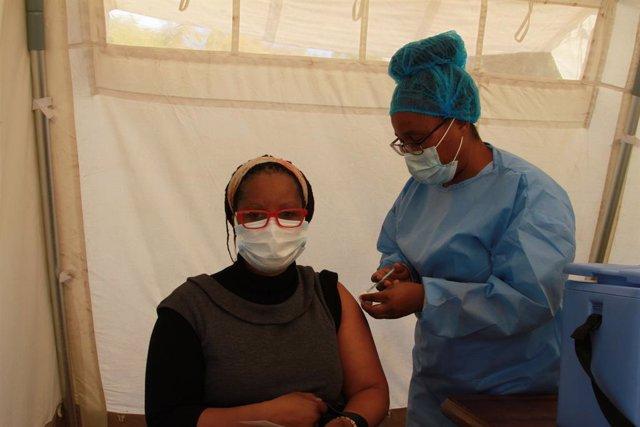 Archivo - Vacunación contra el coronavirus en Harare, Zimbabue
