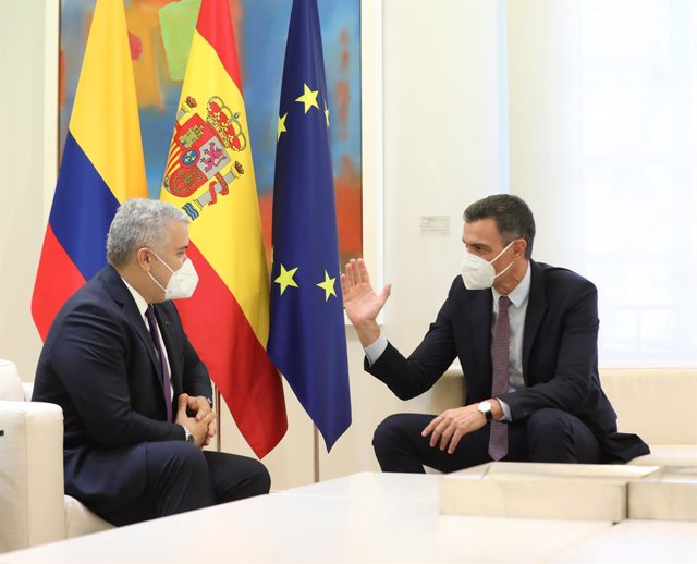 El presidente del Gobierno, Pedro Sánchez (d), y el presidente de la República de Colombia, Iván Duque, durante una reunión en el Palacio de la Moncloa, a 16 de septiembre de 2021, en Madrid, (España). El jefe del Ejecutivo y el presidente de Colombia man