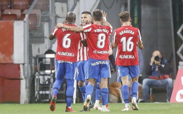 Jugadores del Sporting celebran un gol en El Molinón