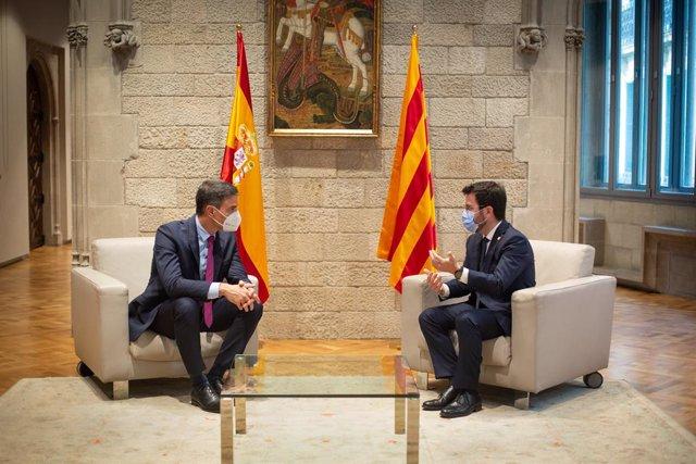 El presidente del Gobierno, Pedro Sánchez (i), y el de la Generalitat, Pere Aragonès (d), se reúnen en el Palau de la Generalitat antes de que se celebre la segunda reunión de la mesa del diálogo entre el Gobierno central y el Govern catalán, a 15 de sept