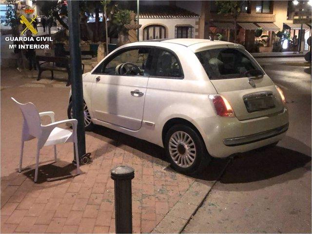 El coche que arrolló las mesas de la terraza de un local de Xàbia para atropellar a un cliente