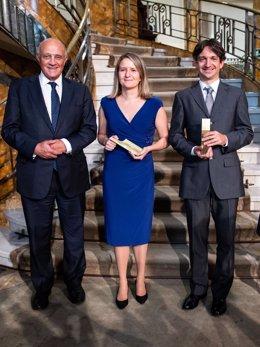 El president del Banc Sabadell, Josep Oliu, ha lliurat el Premi  Fundació Banc Sabadell a la Investigació Econòmica als professors Eduardo Morales i Mónica Martínez-Bravo
