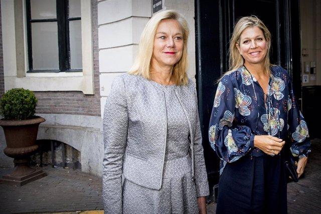 La ya exministra de Exteriores Sigrid Kaag (i) y la reina Máxima de Holanda en una foto de archivo.