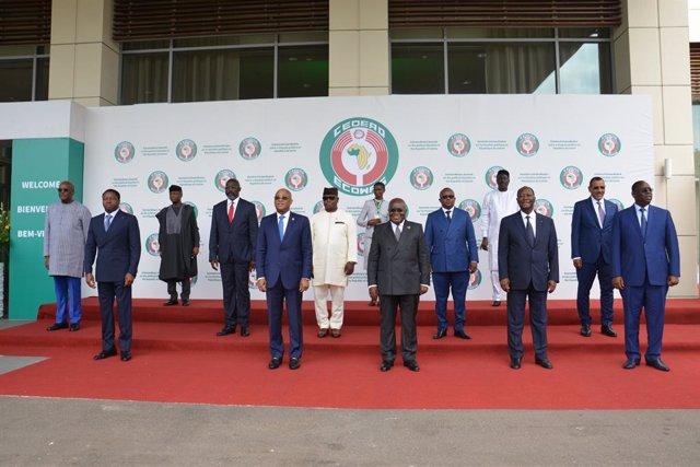 Foto de los asistentes a la cumbre extraordinaria de la CEDEAO