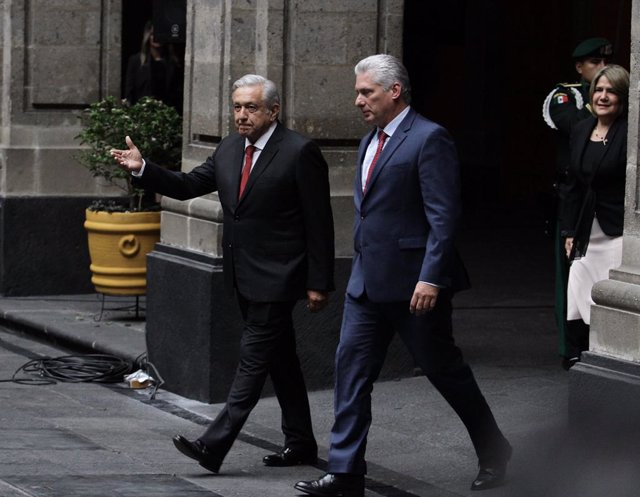 Archivo - 17 October 2019, Mexico, Mexico City: Mexican President Andres Manuel Lopez Obrador (L) receives Cuban President Miguel Diaz-Canel prior to their meeting at the National Palace. Photo: Guillermo Granados/NOTIMEX/dpa