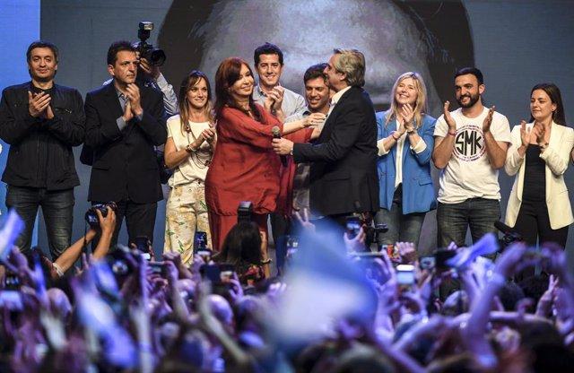 Archivo - El presidente argentino, Alberto Fernández, y la vicepresidenta, Cristina Fernández de Kirchner, se abrazan durante un acto tras ganar las elecciones presidenciales de Argentina en la primera vuelta, cuando aún eran candidatos.