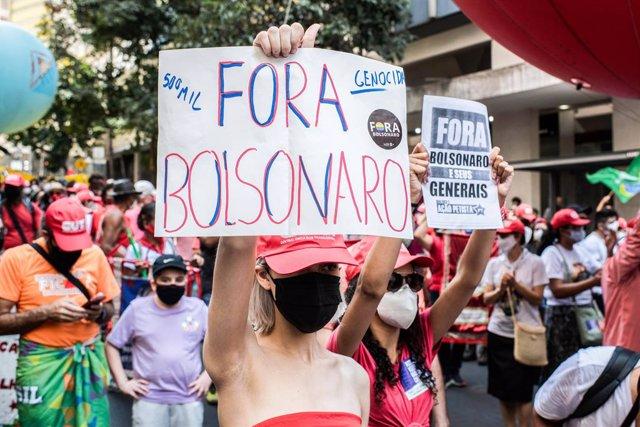 07 September 2021, Brazil, Belo Horizonte: A woman holds a poster with slogan 'Bolsonaro Out' during a demonstration against Brazilian President Jair Bolsonaro as they demand his resignation. Photo: Ivan Abreu/SOPA Images via ZUMA Press Wire/dpa
